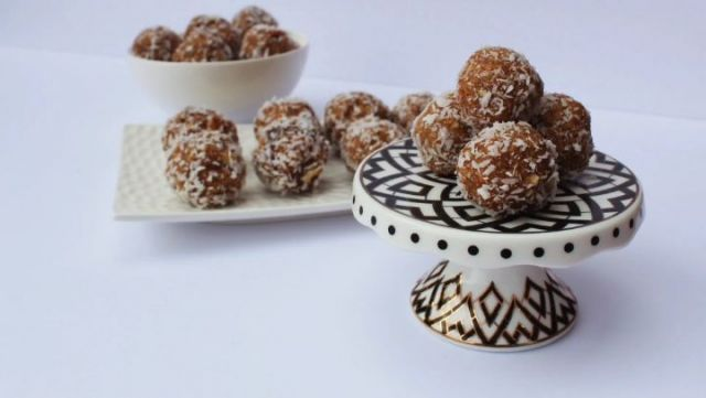 COCONUT ALMOND ENERGY BITES [SAVE TO MAKE ASAP]  With an abundance of dates in Ramadan, energy bites make a perfect post-iftar snack! Make a batch and store it in an airtight container for upto a week.  Ingredients: - 2 cups dates - 1/2 cup almonds - 1/2 cup oats - 1/2 cup shredded coconut (to roll in)  Tag a friend who can benefit from an energizing Ramadan!  For more delicious, energizing, and simple recipes, get your copy of The Healthy Ramadan Guide at TheHealthyMuslims.com and get 10% off + free shipping US and Canada wide (link in bio). . . . #energybites #dates #healthyramadan #iftar #suhoor #ramadan #ramadankareem #ramadanmubarak #ramadan2021 #muslimahblogger #halalfoodie #torontomuslims #ramadan2021🌙